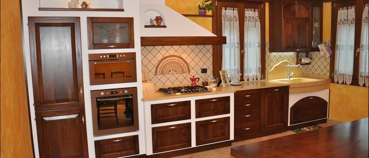 Cucina su misura con scaffali e rifiniture in legno a Palermo