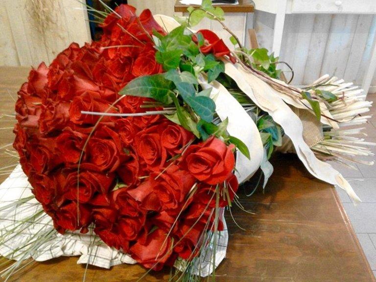 mazzo di rose rosse stelo lungo