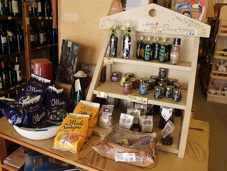 vini italiani e sardi,il torrone e i torroncini,miele biologico e confetture artigianali e la pasta tipica sarda
