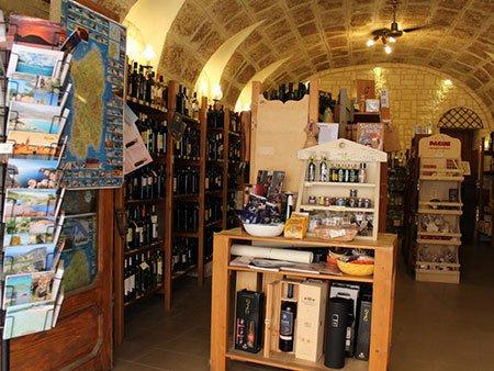 interno del negozio, un vero e proprio monumento della tradizione enogastronomica sarda.