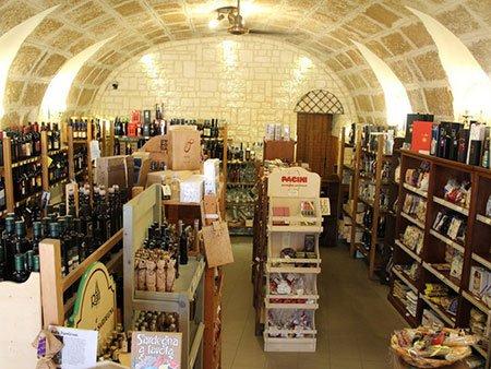 interno del negozio, confetture artigianali, pasta tipica, olio, sottoli, dolci regionali, liquori sfusi e buonissimi vini DOC,