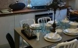 un tavolo da cucina arredato