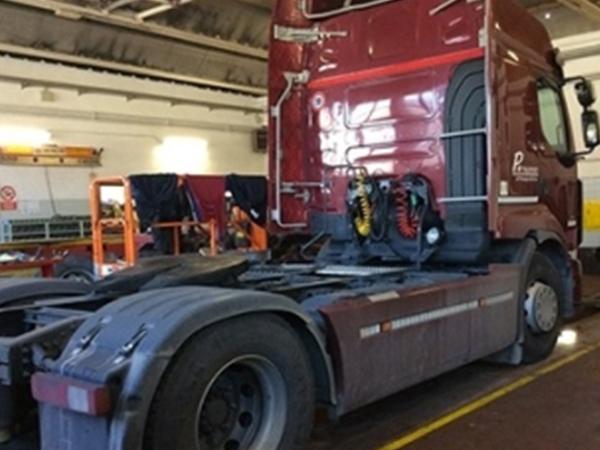 il trattore di un camion bordeaux visto da dietro