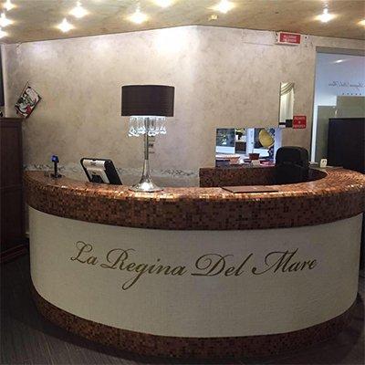 una reception del ristorante con la scritta La Regina Del Mare