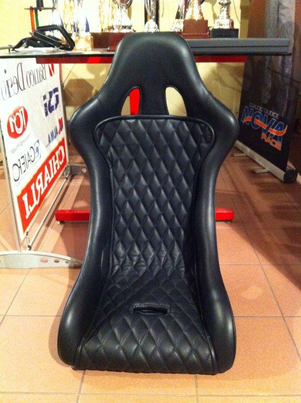 un sedile nero in pelle