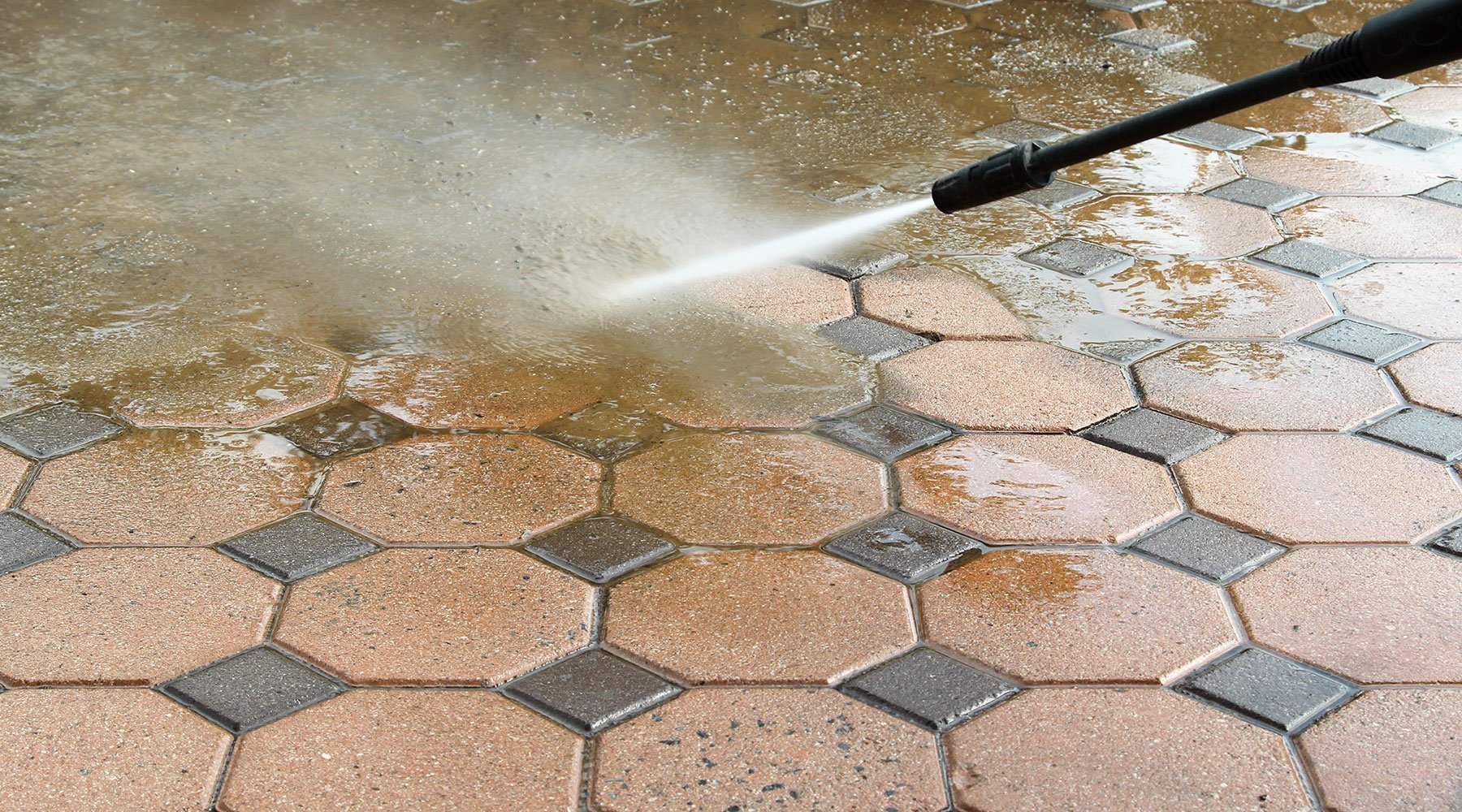 Getto d'acqua che pulisce pavimento