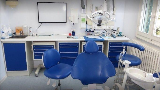 Poltrona per interventi di chirurgia orale