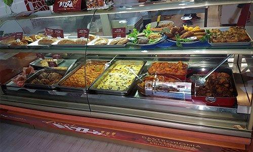 Interno del negozio vetrina del negozio di pronti, dolci, focacce