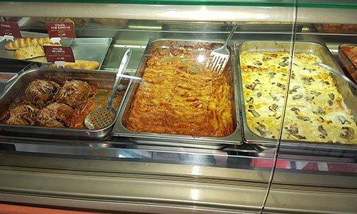 Vetrina con lasagne e piatti tipici in esposizione