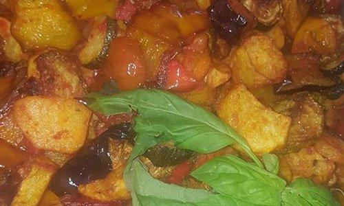 Piatto misto di verdure con basilico