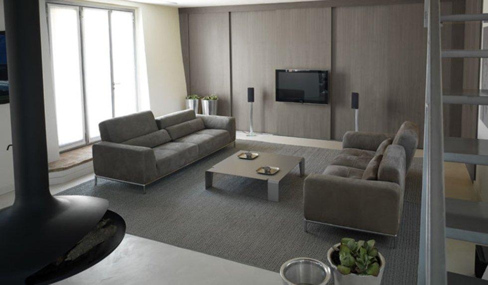 современный диван, обтянутый тканью