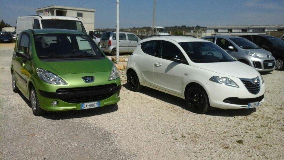 due macchine nel parcheggio dell'officina
