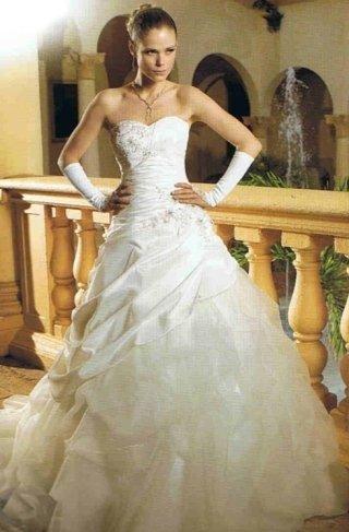 abito con gonna ampia, abiti matrimonio romantici, abiti sposa strascico