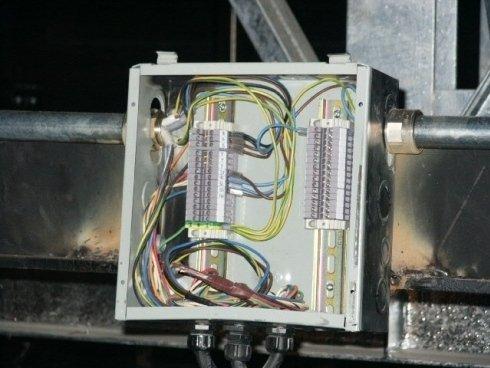 Una morsettiera installata e collegata