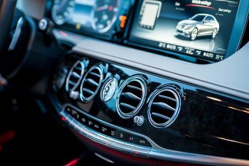 auto con navigatore e bocchettoni aria condizionata