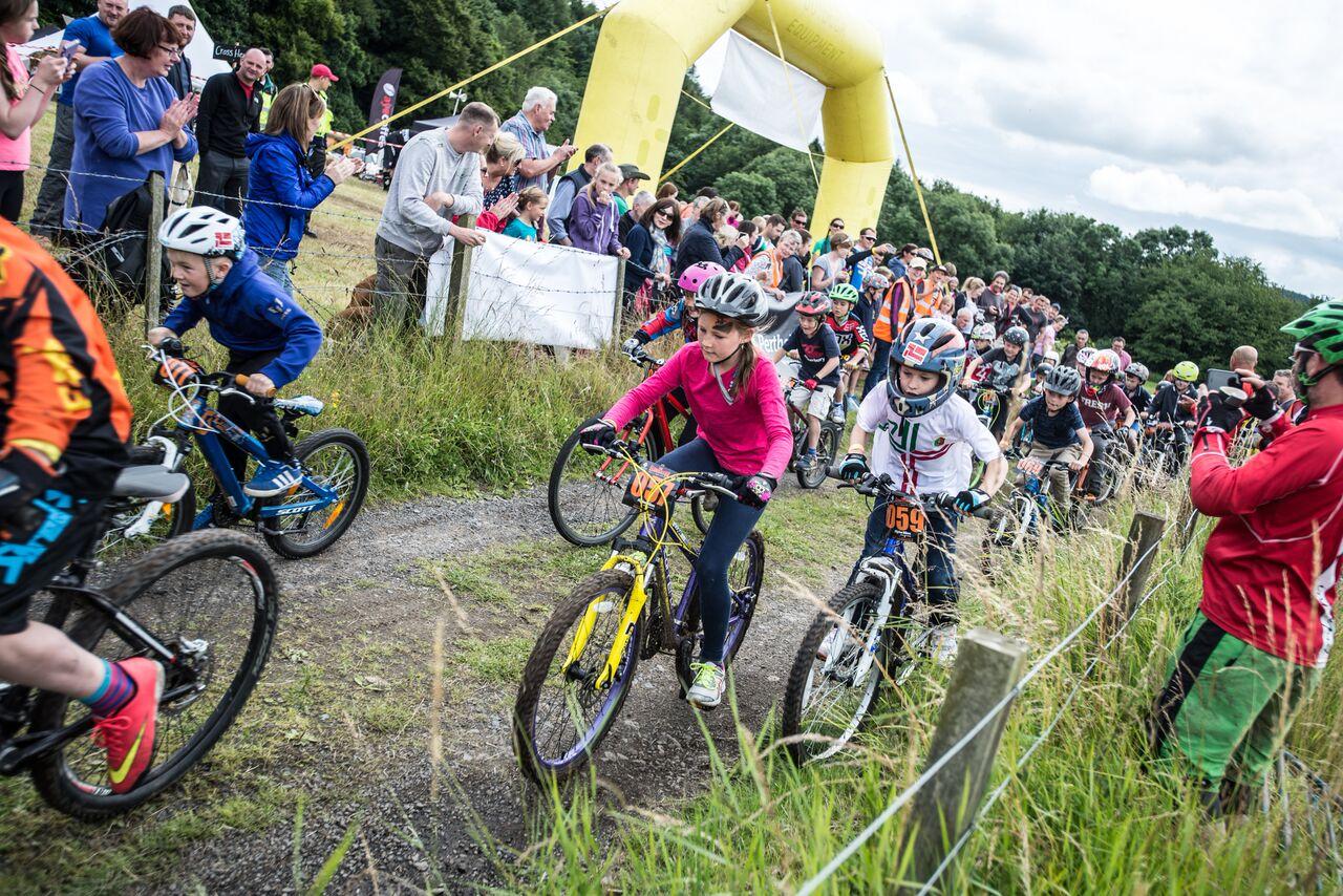 kids riding mountain bikes race