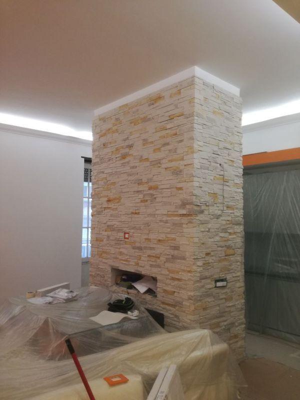 parete in pietra con camino durante ristrutturazione