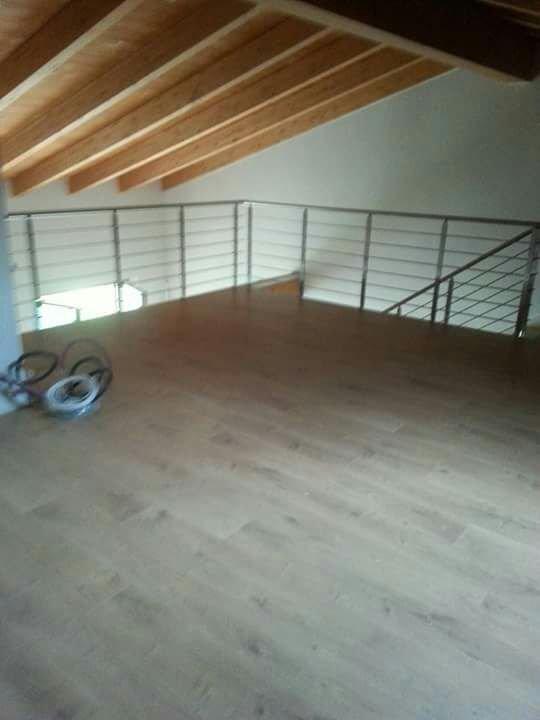 posa parquet con soffitto in legno