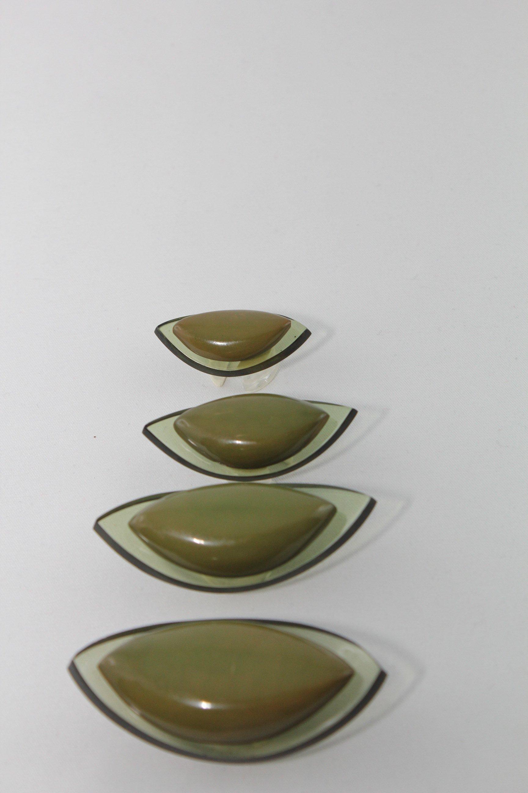 quattro bottoni a forma di mandorla di color verde