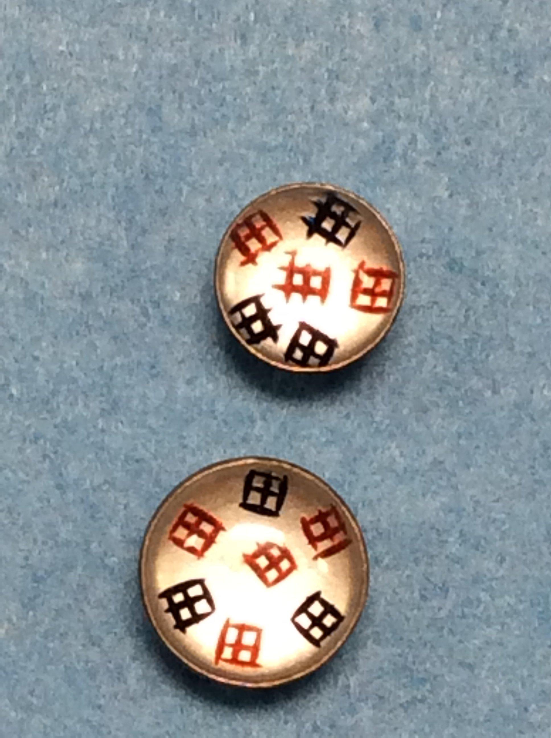 bottone con segni orientali