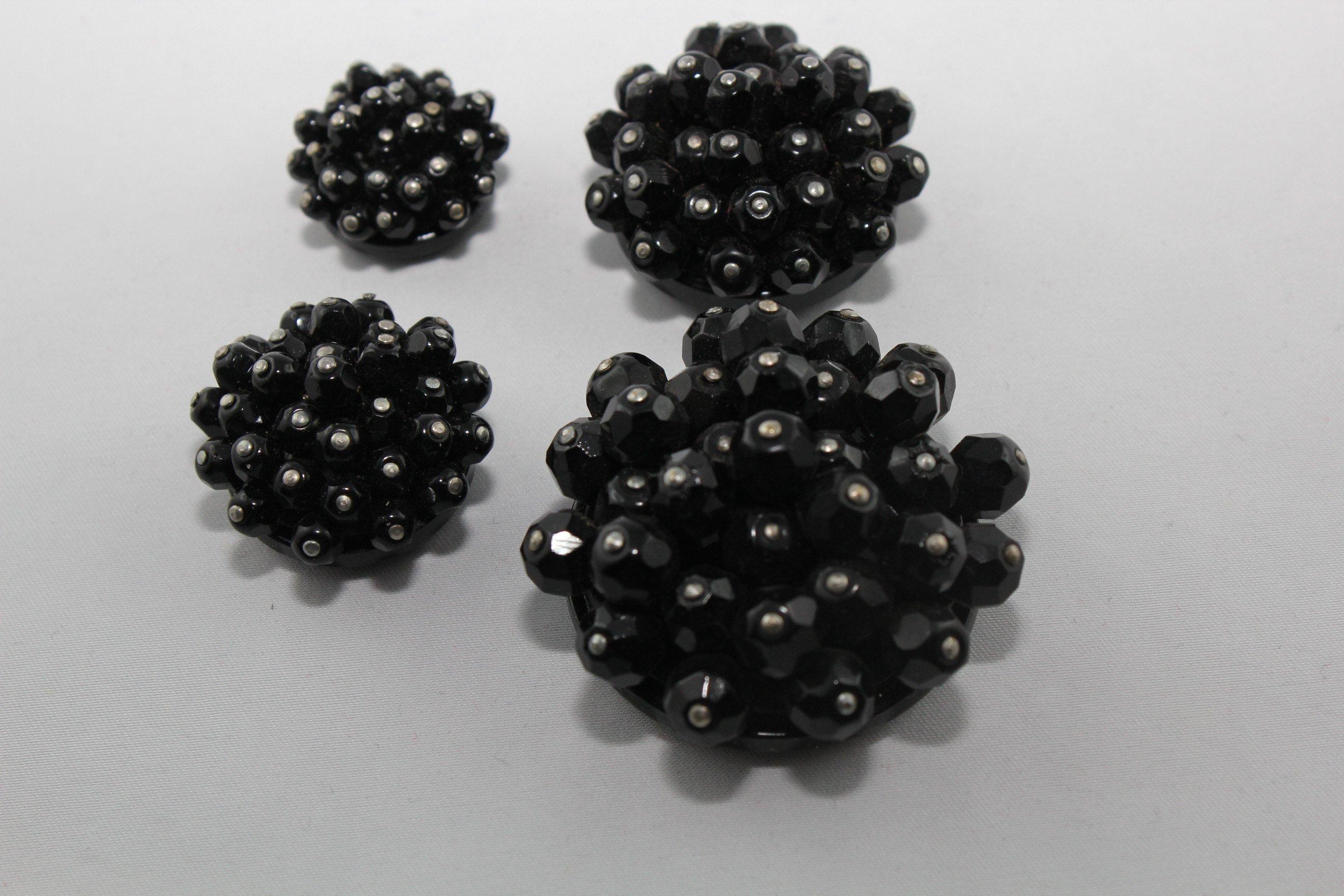 quattro bottoni neri con perline