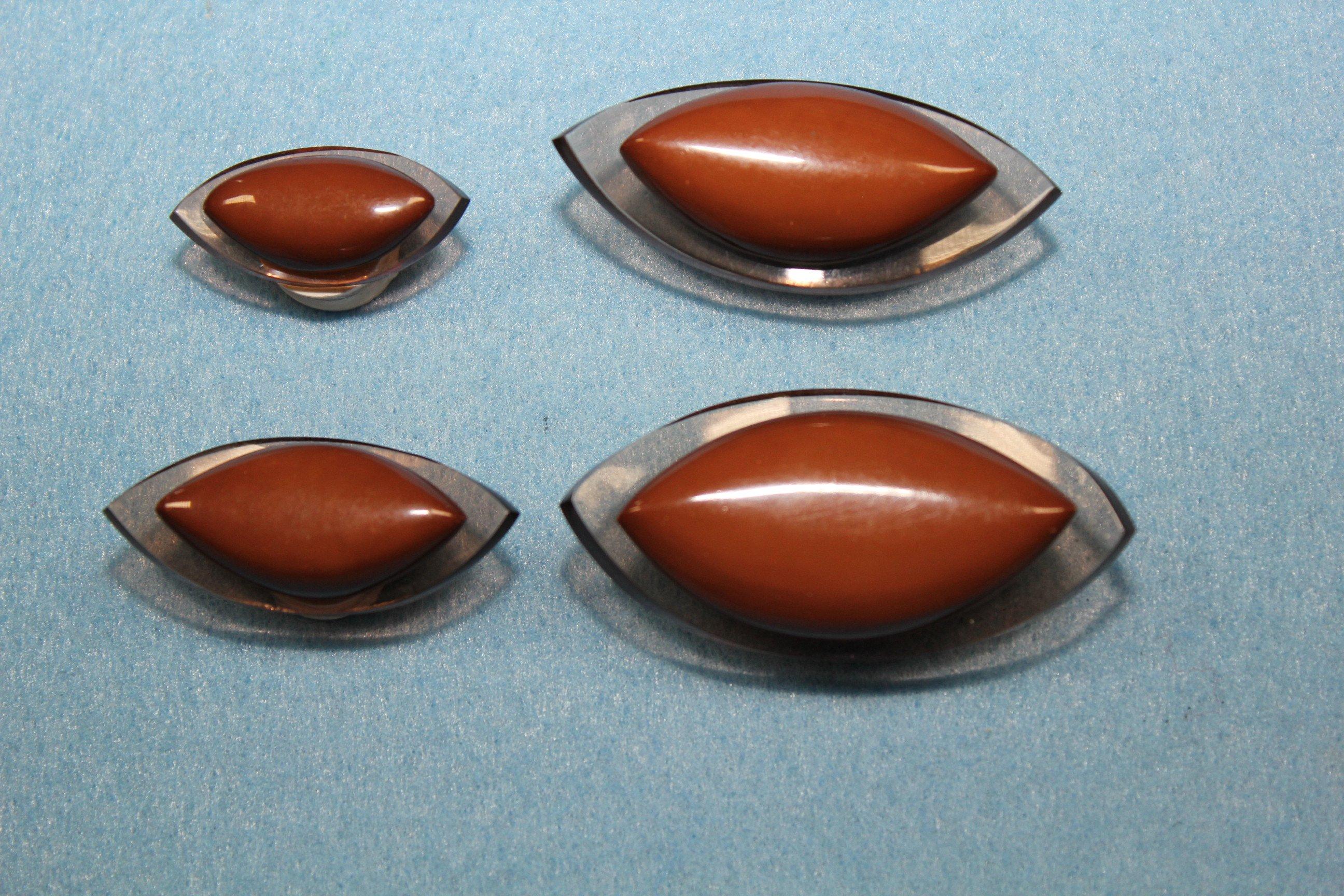 quattro bottoni a forma di mandorla di color marrone