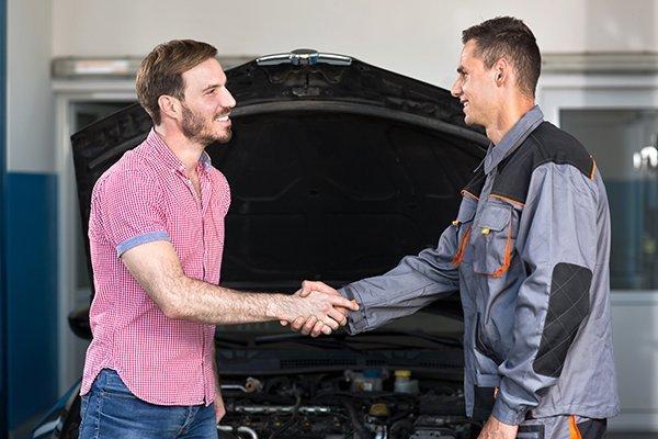 due persone che si stringono la mano