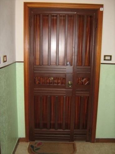 cancello marrone in ferro