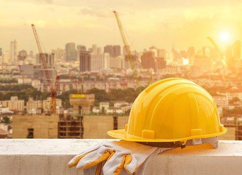 casco protezione e guanti da lavoro