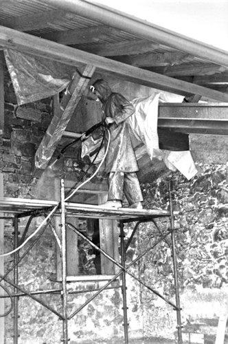 operaio durante ristrutturazione di un tetto