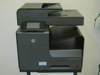 una stampante nera da ufficio