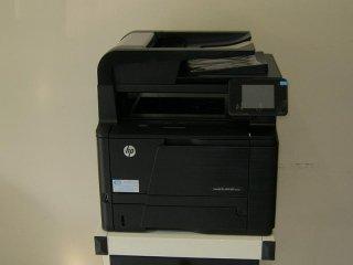 una stampante HP nera da ufficio