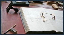 occhiali su di un libro