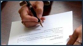 mano che scrive a penna