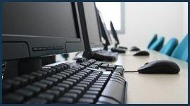 computer e mouse su una scrivania