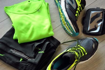 delle scarpe e un completo da corsa