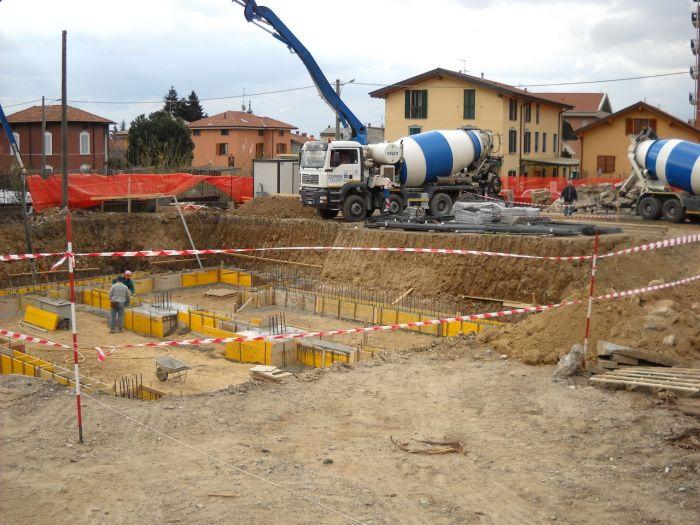 Camion betoniera di fronte a un cantiere