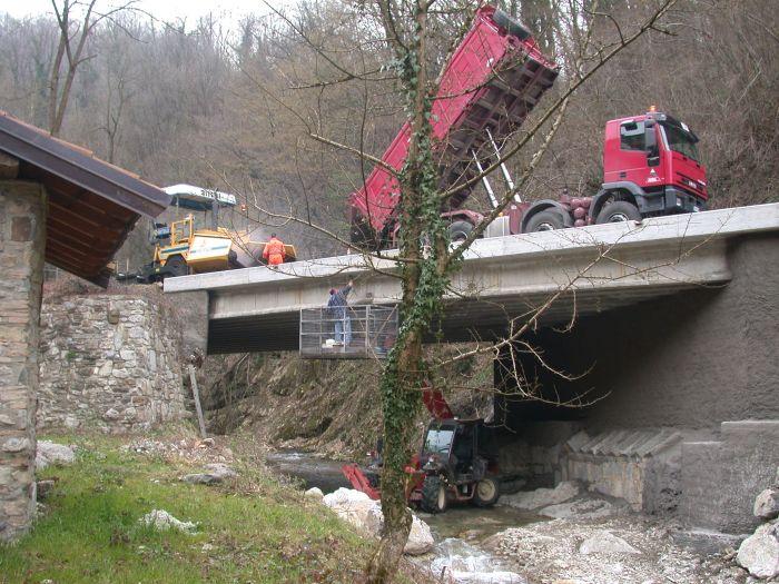 camion scarica asfalto