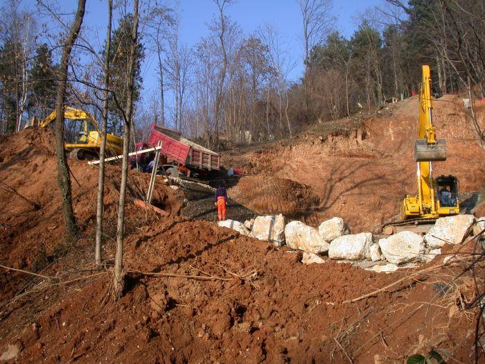 escavatori e camion con cassone in un cantiere