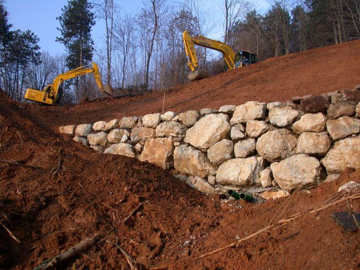 due escavatori durante realizzazione di terrazzamento