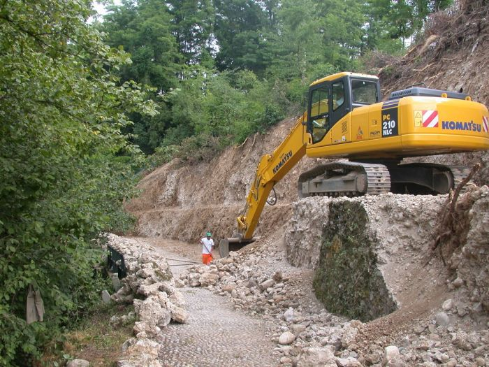 Escavatrice in funzione su un terreno