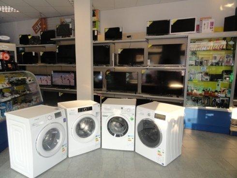 lavatrici e sullo sfondo televisori