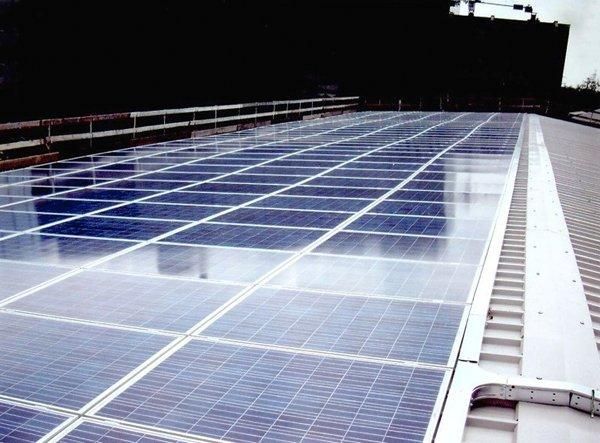 Pannelli fotovoltaici installati su un tetto a Torino