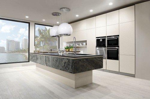 cucina con tavolo in marmo