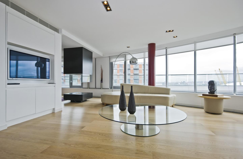 salotto moderno con tavolinetto in vetro e ampie finestre