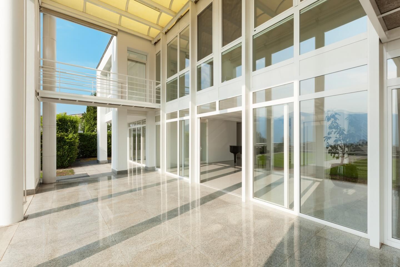 ingresso edificio con pareti in vetro