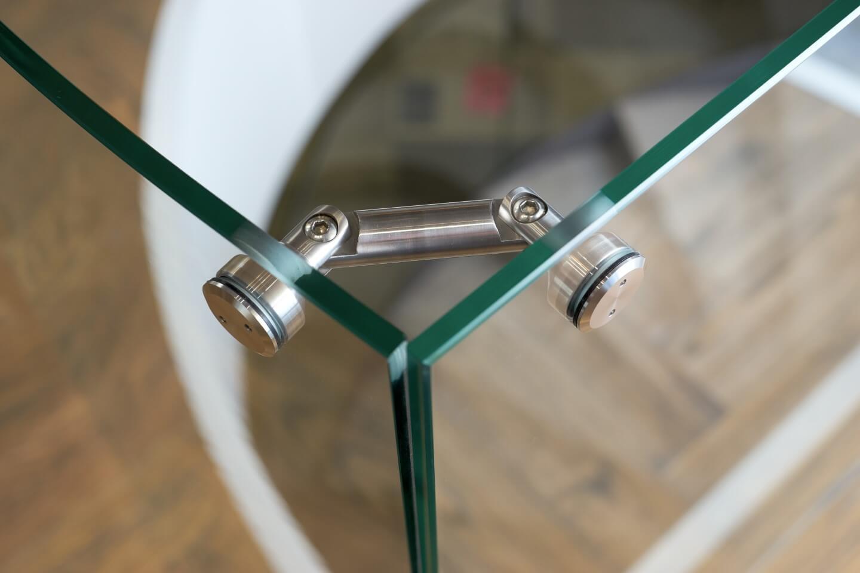 dettaglio giuntura di due lastre di vetro