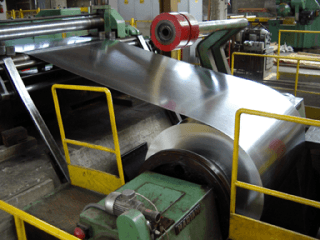 impianto che lavora una lamiera in acciaio
