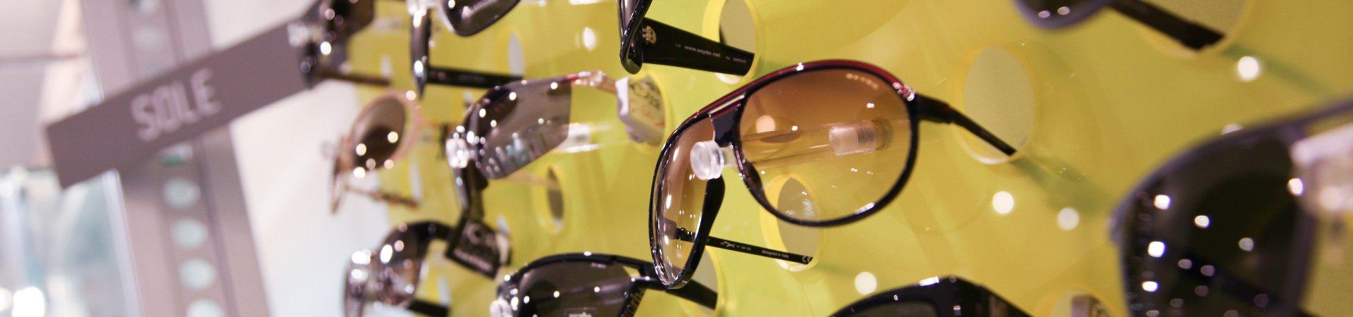 scaffali dei negozi con gli occhiali da sole