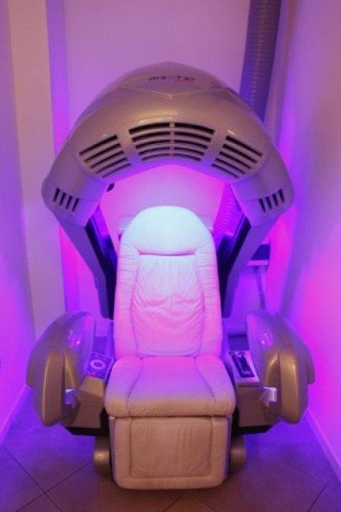 lampada esafacciale con poltrona massaggiante